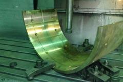 Установка бронзового вкладыша в приспоблениях для фрезерной обработки